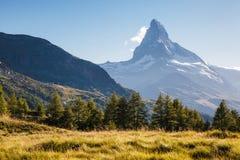 Grande panorama con il Cervino di punta famoso Posto Swis di posizione Fotografie Stock Libere da Diritti