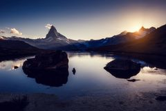Grande panorama con il Cervino di punta famoso Posto Swis di posizione Fotografie Stock