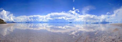 Grande panorama de sal-planos reflexivos em Bolívia Fotos de Stock