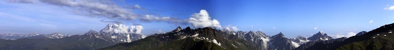 Grande panorama delle montagne di estate Immagini Stock