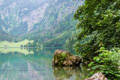 Grande panorama di estate del lago Obersee Scena verde delle alpi svizzere, posizione del villaggio di Nafels, Svizzera, Europa d Fotografie Stock