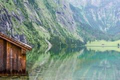 Grande panorama di estate del lago Obersee Scena verde delle alpi svizzere, posizione del villaggio di Nafels, Svizzera, Europa d Fotografia Stock Libera da Diritti