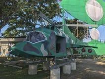 Grande papagaio tradicional e uma zombaria acima do helicóptero construído por membros de partido político locais Imagens de Stock Royalty Free