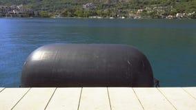 Grande para-choque da boia perto do cais no porto marítimo filme