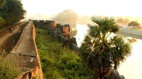 A grande parede do castelo com paisagem do por do sol da palmeira no vellore Fotos de Stock Royalty Free