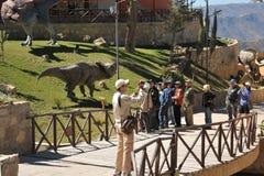 Grande parque do dinossauro, onde traços destes répteis antigos Fotos de Stock
