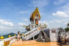 Grande pavilon con l'altare con la statua di Buddha dorato nel panteon Fotografia Stock Libera da Diritti