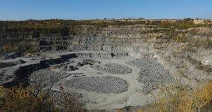 Grande pedreira aberta do minério de ferro, panorama de uma grande pedreira de pedra, equipamento na pedreira vídeos de arquivo