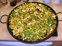Grande pentola della paella sulla superficie della cucina Immagini Stock