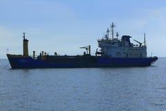 Grande petroleiro ancorado no mar foto de stock
