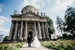 Grande photo d'un couple l'épousant près du vieux château photographie stock libre de droits