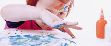 Grande photo de Humorous d'artiste de la peinture mignonne de fille de petit enfant image libre de droits