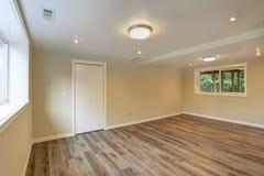 Grande pièce vide beige lumineuse avec le plancher en bois dur photos stock