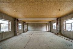 Grande pi?ce non finie de grenier d'appartement ou de maison sous la reconstruction Plafond de contreplaqu?, murs pl?tr?s, ouvert photographie stock libre de droits