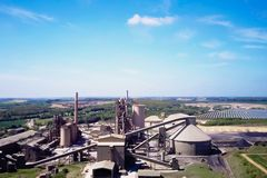 Grande pianta del cemento La produzione di cemento su una scala industriale nella fabbrica Immagine Stock