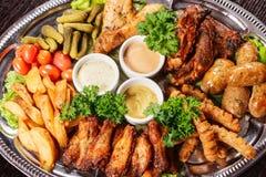 Grande piatto con carne allsorts e piatto del sauceBig con carne allsorts Fotografie Stock Libere da Diritti