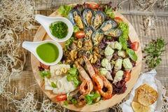 Grande piatto di legno con l'insieme di frutti di mare Cozze, gamberetti, granchio O fotografia stock libera da diritti