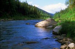 Grande pierre dans l'eau photographie stock libre de droits