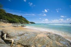 Grande pierre de PHUKET, THAÏLANDE 29 août 2015 sur la plage avec bleu Photographie stock