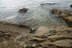 Grande pierre en mer Photos libres de droits