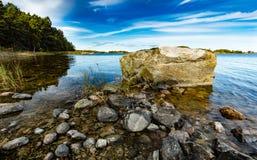 Grande pietra su una spiaggia Fotografia Stock Libera da Diritti