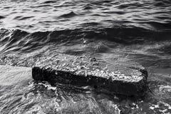 Grande pietra sulla spiaggia Immagini Stock
