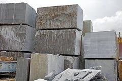 Grande pila dei blocchetti del granito Fotografia Stock