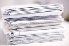Grande pila di carte, documenti sullo scrittorio Immagini Stock Libere da Diritti