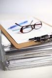 Grande pila di carte, documenti sullo scrittorio Fotografie Stock
