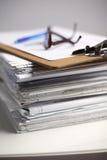 Grande pila di carte, documenti sullo scrittorio Immagini Stock