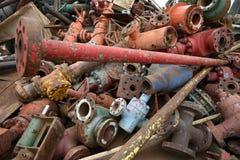 Grande pile colorée de fer de chute industriel jeté pour la réutilisation de mitraille photos libres de droits