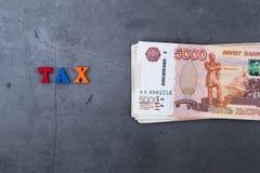 Grande pile de billets de banque russes d'argent de cinq mille roubles se trouvant sur un fond gris de ciment photo stock