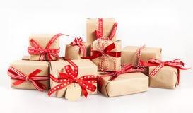 Grande pile de cadeaux décoratifs de Noël Photos libres de droits