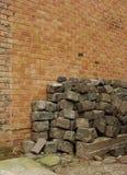 Grande pile de galets devant un mur de briques Images stock