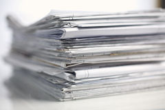 Grande pile de papiers, documents sur le bureau Images stock