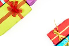 Grande pile des boîte-cadeau enveloppés colorés d'isolement sur le fond blanc Cadeaux de montagne Belle boîte actuelle avec Photo stock