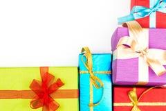 Grande pile des boîte-cadeau enveloppés colorés d'isolement sur le fond blanc Cadeaux de montagne Belle boîte actuelle avec l'arc Photo stock