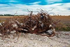 Grande pile du vieux métal rouillé se trouvant sur le champ photographie stock libre de droits