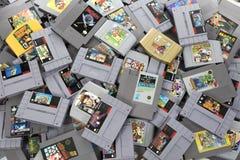 Grande pilha de jogos retros de Nintendo fotos de stock