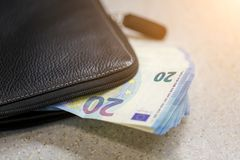 A grande pilha de valor do dinheiro 20 euro é vara fora da bolsa Imagem tonificada Imagem de Stock Royalty Free