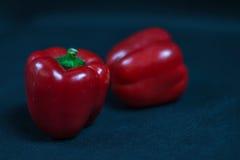 Grande pimenta de sino vermelha contra outras pimentas, vegetais vermelhos Fotos de Stock