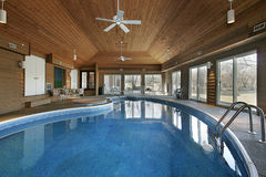 Grande piscina interna Foto de Stock Royalty Free