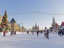 Grande pista di pattinaggio sul ghiaccio di Natale a Mosca Immagine Stock Libera da Diritti