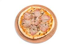 Grande pizza appétissante sur un comprimé en bois images stock