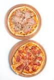 Grande pizza appetitosa su una compressa di legno Fotografie Stock