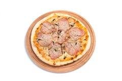 Grande pizza appetitosa su una compressa di legno Immagine Stock