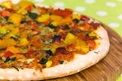 Grande pizza del Texas con salame, prosciutto, fungo Fotografia Stock Libera da Diritti