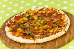 Grande pizza del Texas con salame, prosciutto, fungo Immagine Stock Libera da Diritti