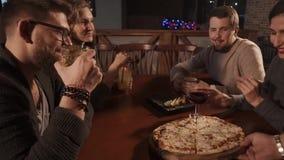 Grande pizza per il grande gruppo di amici stock footage