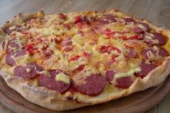 Grande pizza su un bordo Fotografia Stock Libera da Diritti